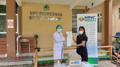 MNC Peduli Salurkan Masker Kain dan Makanan ke Puskesmas Semplak dan Sindang Barang Bogor