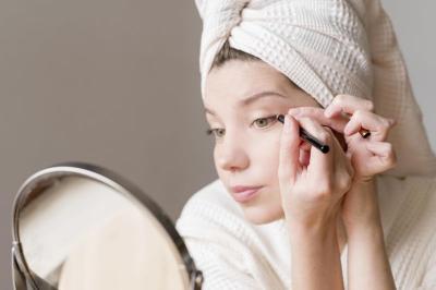 5 Tutorial Makeup Smokey Eyes Look untuk Pemula