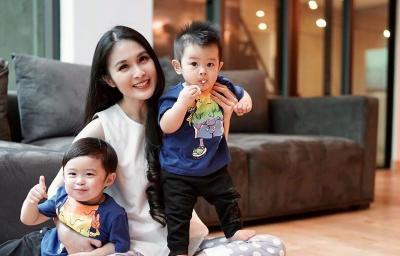 Serunya Mama Muda Sandra Dewi Mengasuh Raphael dan Mikhael Moeis