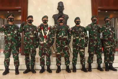 Bangga, Panglima TNI Sematkan Satya Lencana Wira Darma kepada Penjaga Perbatasan RI-PNG