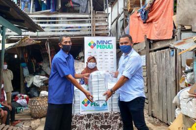 MNC Peduli Bagikan Masker dan Makanan ke Pemulung di Kalibaru Cilincing