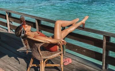 Luna Maya Berjemur Manja di Pantai sampai Keringetan, Body-nya Yahud!