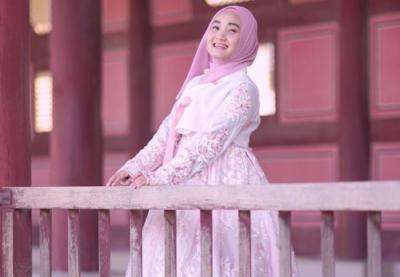 Gaya Outfit Cute and Girly Fatin Shidqia Lubis Bernuansa Serba Pink