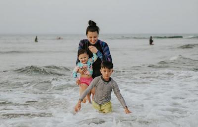 Gemasnya Sharena Delon Main Ombak Sama Anak di Pantai Batu Karas