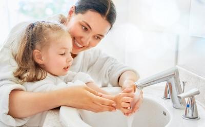 Anak Ogah Cuci Tangan? Coba Bujuk dengan Cara Ini