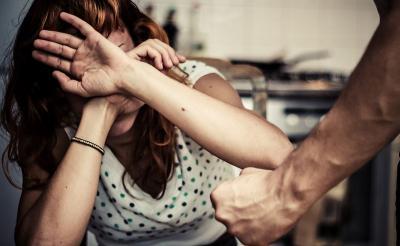 12 Tanda Kamu Berada dalam Hubungan Abusive, Segera Cari Pertolongan