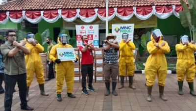 MNC Peduli dan Lotte Mart Bagikan Bingkisan untuk Petugas TPU Pondok Ranggon