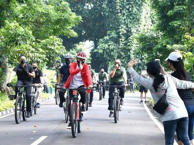 Jokowi Gowes Keliling Kebun Raya dan Bagikan Masker ke Warga