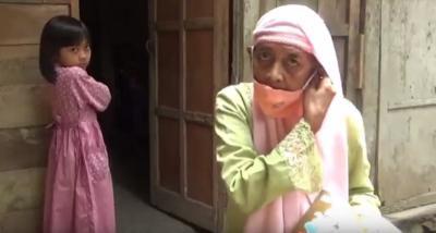 Tak Punya HP, Nenek 70 Tahun Rela Susuri Hutan untuk Tugas Cucunya