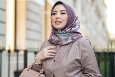 Mau Dinner Bareng Suami? Nih 4 Gaya Hijab Cantik Sarah Sofyan