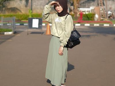 Ide Padu Padan Hijab dengan Rok Plisket ala Lesty Kejora