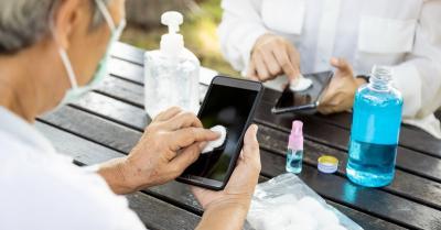 Layar Ponsel Dibersihkan dengan Hand Sanitizer, Begini Caranya