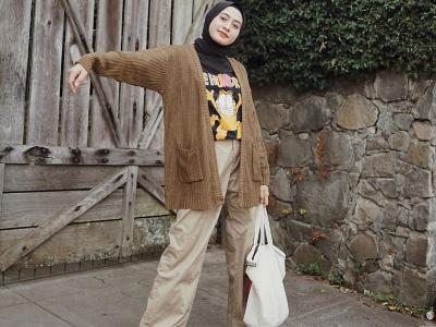 Inspirasi Padu Padan Hijab ala Helmi Nursifah dengan Culotte Pants