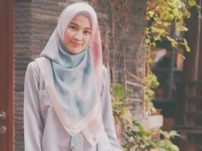 4 Gaya Hijab Syari ala Alyssa Soebandono yang Modis dan Cantik