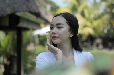 Bergaya ala Gadis Bali, Aura Kasih Menggemaskan