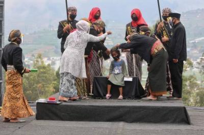 Ritual Potong Rambut Gimbal Menutup Dieng Culture Festival 2020