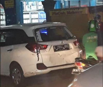 Diduga Pelaku Tabrak Lari, Pengemudi Mobil Jadi Bulan-bulanan Warga di Bekasi