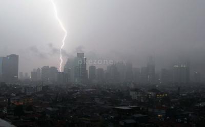 Hujan Petir Intai Jakarta pada Siang dan Sore Hari