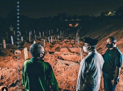 Datangi TPU Pondok Ranggon, Anies Dengarkan Cerita Penggali Kubur Pasien Covid-19