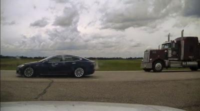 Pengemudi Tidur di Mobil Tesla yang Melaju 150 Km Jam, Langsung Ditilang Polsi