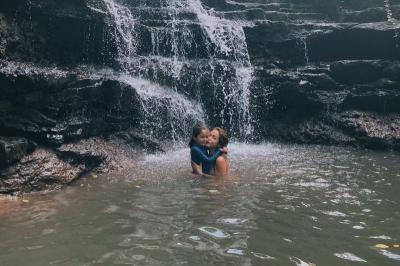 Main ke Air Terjun, Jessica Iskandar Cantik dengan Swimsuit Warna Janda
