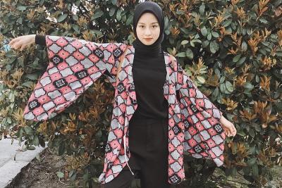 4 Gaya Hijab Simpel Kasual ala Gita Savitri, Kece Banget!