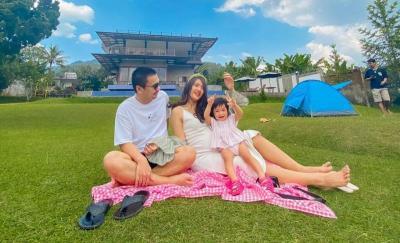 Raditya Dika Ajak Anak Istri Tamasya Manja di Puncak Bogor