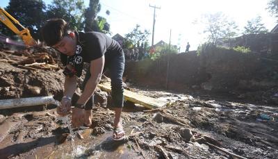 Ruri Repvblik Rela Berlumuran Lumpur demi Bantu Korban Banjir Bandang Sukabumi