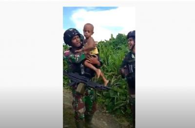 Viral! Balita Papua Ini Menangis Tak Mau Ditinggal Prajurit Kostrad di Perbatasan