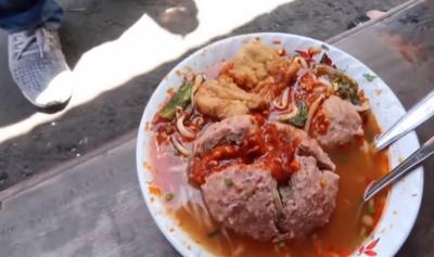 Sensasi Makan Bakso Viral di Lembang, Pedasnya Nyelekit