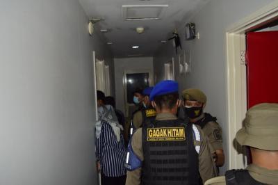 Razia PSBB di Tangsel, Petugas Pergoki Mahasiswi Layani Kakek Renta di Hotel