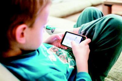 Waspada Dampak Buruk Kecanduan Gadget pada Anak