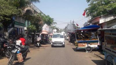 Tertinggi Penderita Covid-19, Kelurahan Cengkareng Timur Disemprot Disinfektan