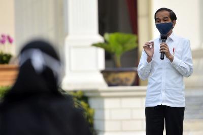 Pedagang Asongan Curhat Omzet Turun, Jokowi: Negara Kita Minus