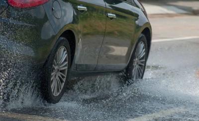5 Cara Merawat Ban Mobil di Musim Hujan