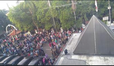 Daftar Bantuan UMKM di Tangerang, Warga Berkerumun Abai Protokol Covid-19