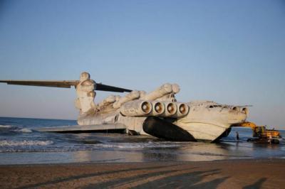 Heboh Pesawat Rusia Jadi Pemandangan Unik di Tepi Laut Kaspia