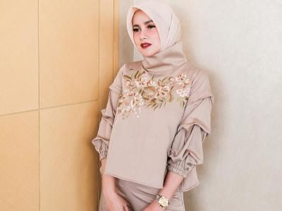 4 Gaya Hijab Olla Ramlan, Glamor dan Kekinian!