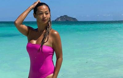 4 Gaya Indah Kalalo Pakai Bikini, Tampil Memukau bak Gadis Pantai!