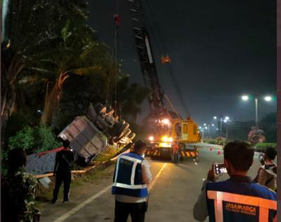 Kecelakaan Tunggal, Truk Terguling di Tol Kapuk