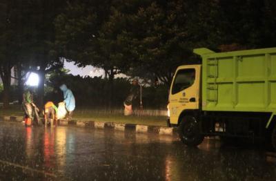 2,1 Ton Sampah Sisa Demo Tolak UU Cipta Kerja di Jakarta Diangkut
