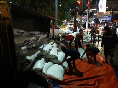 Truk Bermuatan Pakan Ternak Terguling di Bogor, Lalu Lintas Dialihkan