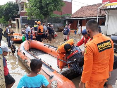 Banjir di Villa Jatisari Bekasi Surut, Warga Bersih-Bersih Rumah