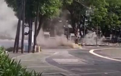 Keluarkan Asap Mengepul, Kabel Bawah Tanah di Depan Istiqlal Diberi Garis Polisi