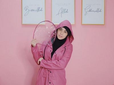 4 Gaya Hijab saat Musim Hujan ala Selebriti, Simpel dan Kekinian