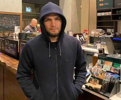 Nikmati Hidup Pascapensiun, Khabib Asyik Santap Burger Usai UFC 254