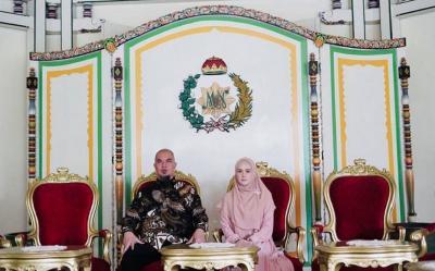 Ahmad Dhani Bersama 2 Ratu, Netizen: Kapan Reuni Duo Ratu?