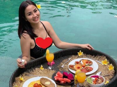 Tante Ernie 'Pemersatu Bangsa' Pakai Bikini Ajak Makan, Netizen : Mau Dong Disuapin