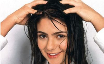 5 Kesalahan Umum yang Dilakukan Wanita saat Pakai Minyak Rambut