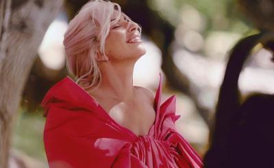 Gandeng Lady Gaga, Valentino Tampilkan Parfum Feminin